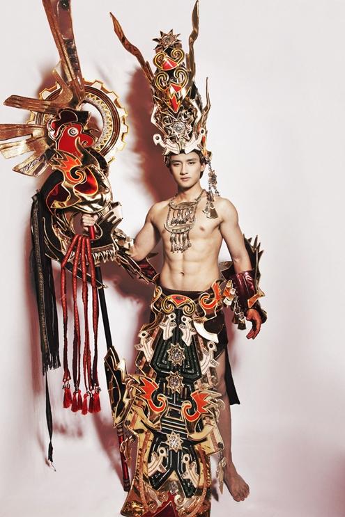 Hot boy Hữu Vi, sinh năm 1992, sở hữu chiều cao 1m80 cùng chỉ số hình thể106-82-103.[Caption]