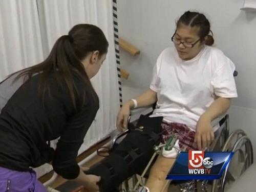 Dù bị rất nhiều vết thương trên người và cả hai chân, nhưng Mindy Tran vẫn cố gắng tập luyện để đi lại với các con của mình