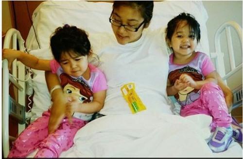 Mindy Tran và hai cô con gái đang được điều trị trong bệnh viện.