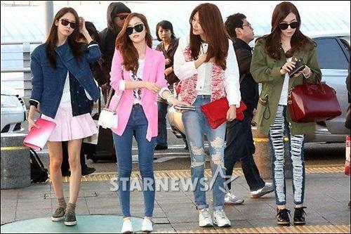 Các cô gái nhóm SNSD đang trên đường từ Hàn Quốc sang Việt Nam tham dự đại nhạc hội HEC Korea Festival sẽ được tổ chức tại sân vận động Quân Khu 7 vào lúc 19h tối nay.