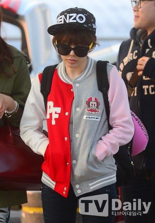 Sunny có vẻ mệt mỏi tại sân bay.