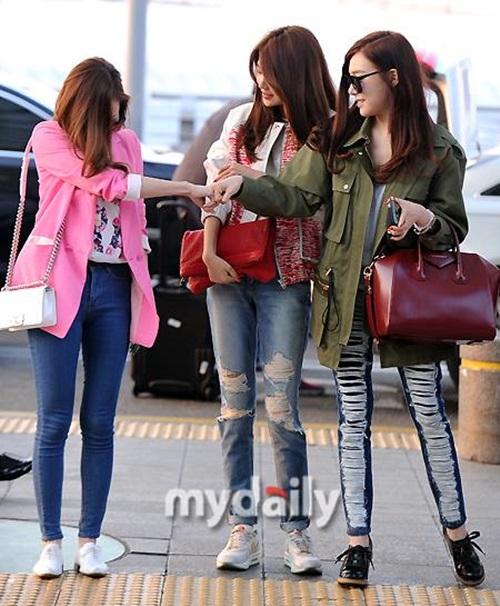 Jessica và Tiffany đùa giỡn tại sân bay.