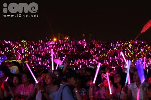 Sone (tên gọi fan SNSD) xếp chữ Soshi bằng tiếng Hàn trong suốt màn trình diễn của các cô gái.
