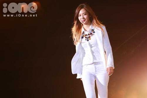 Yuri sải bước trên sân khấu như đang trình diễn thời trang.