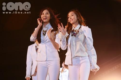 Seo Hyun và 'công chúa băng giá' Jessica vẫy tay chào fan.