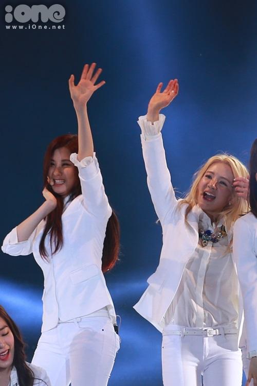 Hyo Yeon và Seo Hyun vẫy tay cuồng nhiệt trước khi đi vào.