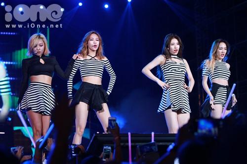 Các cô gái nhà JYP trình diễn liên tục các ca khúc nổi tiếng của nhóm.