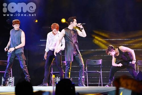 Tham gia chương trình, dù vắng mặt Teac Yeon nhưng nhóm vẫn trình diễn rất tốt các tiết mục.