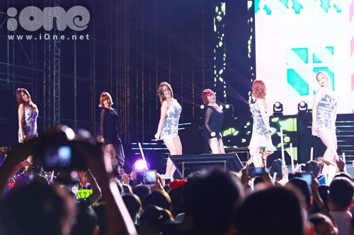 Sistar ha1t give it to me, alone,my boy, loving you, socool..khán giả cực cuồng nhiệt khi các cô gái đi vòng quanh sân khấu