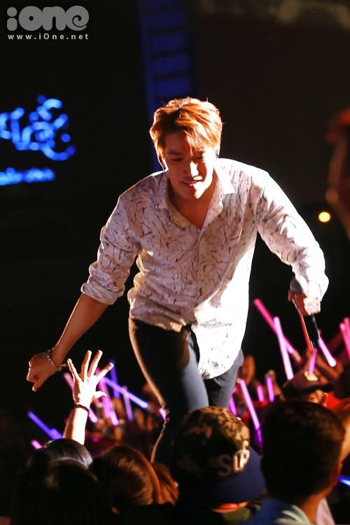 Jun.K vừa chạy vừa bắt tay cùng fan.