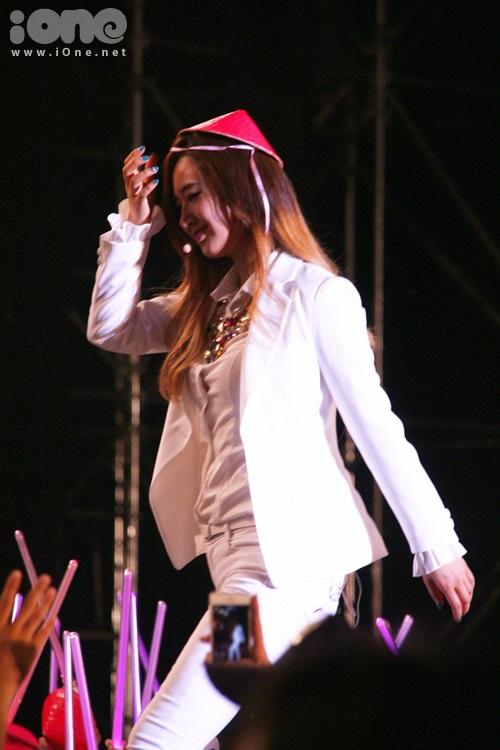 Yuri khiến fan sướng rưng rưng khi lụm một chiếc nón lá được fan quăng lên sân khấu và đội lên đầu.