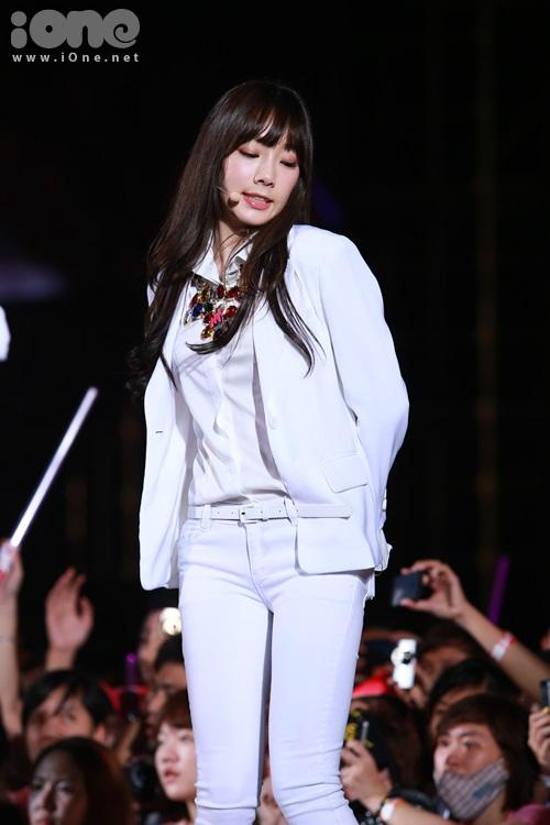 Trưởng nhóm Tae Yeon cố tình làm trò khi tạo biểu cảm khó hỉu khi hát .