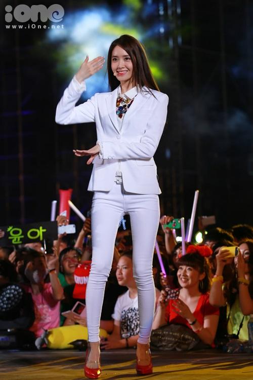 Dáng gầy mảnh khảnh của YoonA khiến các fan vô cùng bất ngờ vì không nghĩ ngoài đời nữ ca sĩ lại gầy đến như vậy.