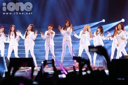 Phần các fan mong mỏi cũng đến, phần trình diễn của SNSD - nhóm nhạc Quốc dân xứ Kim Chi. Các cô gái xuất hiện trong những bộ vest trắng nam tính vẫn toát lên vẻ quyến rũ của từng thành viên trong nhóm.