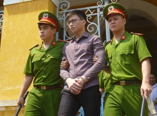 Gương mặt điển trai, đeo kính tri thức, tuy nhiên, Phú đã phải trả giá vì hành động si tình quá mức của mình.