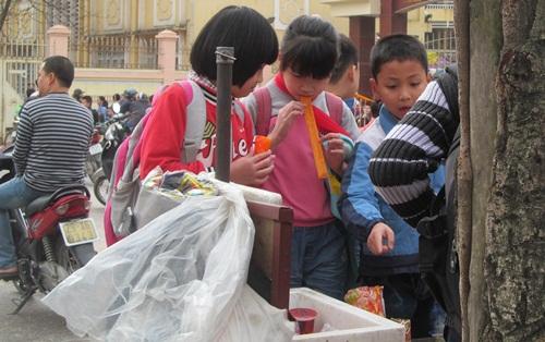Các quán hàng bán đồ ăn vặt trước cổng trường bày bán nhiều sản phẩm 'sườn bò thơm cay'