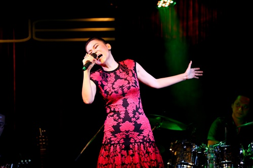 """Tối 29/3, các khán giả tại phòng trà WE đã được thưởng thức một đêm nhạc trọn vẹn, đầy màu sắc và đặc biệt """"bùng nổ"""" hơn bình thường từ nữ ca sĩ Thu Minh trước khi cô lên đường """"theo chồng"""" sang Châu Âu và Nam Phi 2 tháng."""
