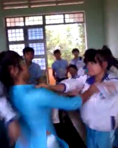 Hai cô gái lao vào đánh nhau, trong sự cổ vũ của các nam sinh.