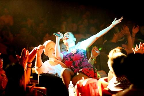 Chồng Tây luôn có mặt ở hầu hết các buổi biểu diễn của Thu Minh và luôn dành những ánh mắt tự hào dành cho cô.