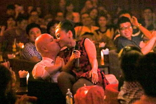 Hai vợ chồng tình cảm hôn nhau trước sự ngưỡng mộ của các khán giả