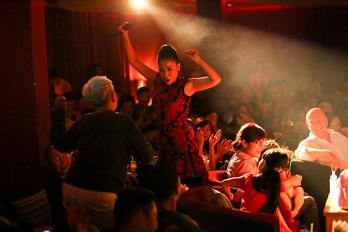 """Phần biển diễn đầy thăng hoa của Thu Minh đã truyền cảm hứng cho rất nhiều khán giả, đặc biệt là có một cụ bà hơn 70 tuổi đã đứng lên lắc lư tưng bừng cùng Thu Minh khiến rất nhiều người thích thú. Thu Minh dành sự trân trọng cho """"fan lớn tuổi"""" bằng cách gọi cụ bà là """"người trẻ nhất và giàu năng lượng nhất"""" trong các khán giả có mặt tại đêm diễn."""
