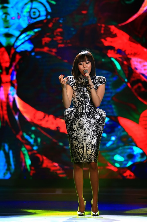 Với dáng người mi nhon trông thấy, Văn Mai Hương xuất hiện với mái tóc Cleopatra thời thượng được cắt ngắn cùng bộ váy phồng eo đầy ấn tượng. Với phong cách vừa gợi cảm, vừa thời thượng, nữ ca sĩ trẻ tỏa sáng trên sân khấu khi hát Giấc mơ thức tỉnh đầy sâu lắng bên cạnh hai vũ