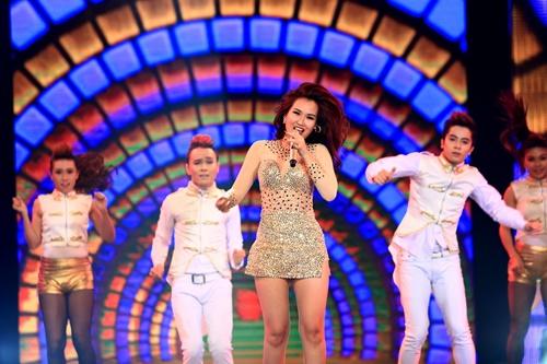 Tham gia đêm liveshow, Hạ Trâm đã gửi tặng khán giả ca khúc Gọi tên ngày mới với giọng ca cao khỏe cùng những bước nhảy tràn đầy sức sống.