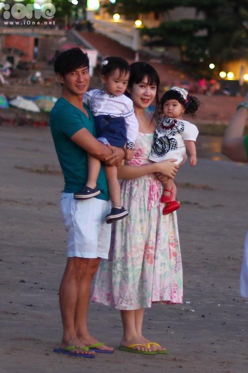 Chiều ngày 29/3 tại bãi biển Vũng Tàu, PV iOne vô tình bắt gặp Lý Hải và Thu Hà bế hai con đi dạo hưởng gió biển và chụp ảnh ghi lại những khoảnh khắc cực ngọt ngào của gia đình.