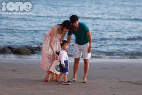 Gia đình Lý Hải trông rất hạnh phúc khi cùng đi dạo và chụp ảnh cùng nhau,