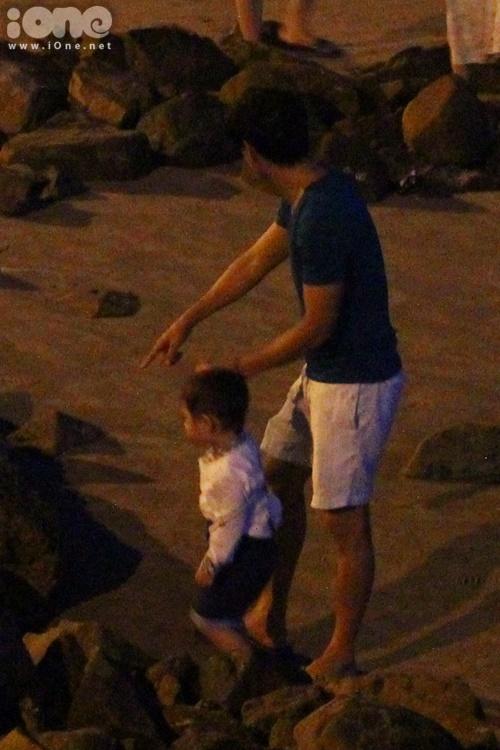 Trời đã chập tối, Lý Hải đưa 2 con trở về khách sạn nghĩ ngơi sau một khoảng thời gian khá lâu đi dạo trên biển.