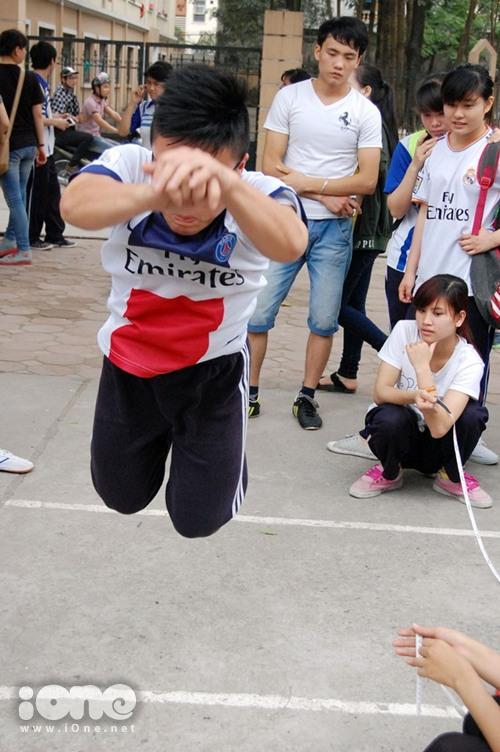 Một bạn nam quyết tâm lập kỷ lục trong bộ môn nhảy xa.