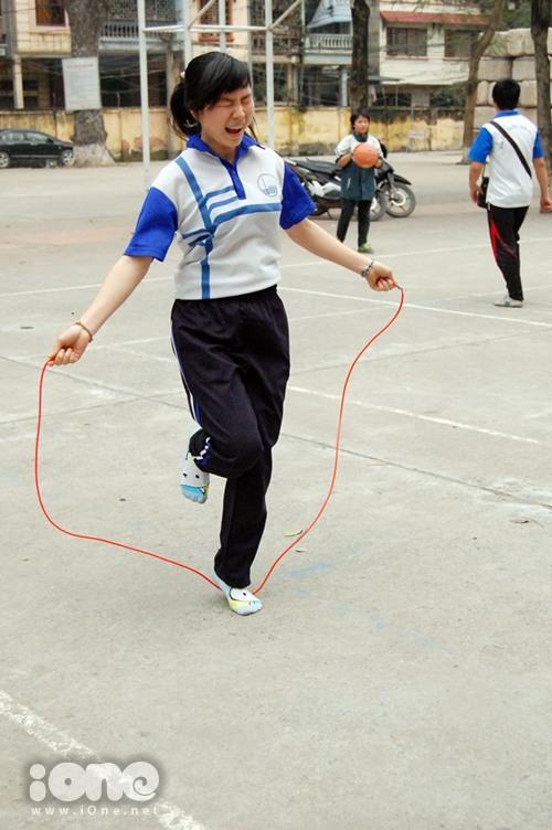 Bạn nữ này khá tiếc nuối khi nhảy đã để chân chạm vào dây.