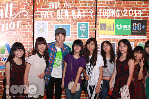 Gotboy Alvin Ichi ngay lập tức bị fans bủa vây chụp ảnh cùng.
