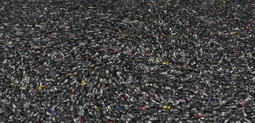Ý tưởng của tấm ảnh bắt nguồn từ việc tìm rõ ràng quy mô tiêu thụ điện thoại trong việc tiêu dùng đại chúng phổ biến. Đây là lần đầu tiên tôi đứng trước đống mảnh vụn tiêu thụ của chính loài người. Hình ảnh là những chiếc điện thoại được chụp năm 2005 tại Atlanta