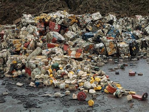 Những can dầu chụp ở Seattle năm 2003. Tất cả những chất thải này đều là một bí ẩn khủng khiếp đối với con người.
