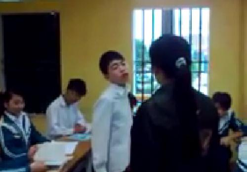 Nam sinh vênh mặt cãi cô trong lớp học. Ảnh cắt từ clip.