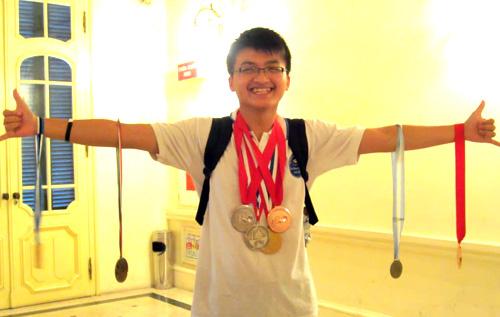 Huy Quang là chủ nhân của huy chương vàng Olympic Vật lý khu vực và huy chương bạc Olympic Quốc tế 2012.