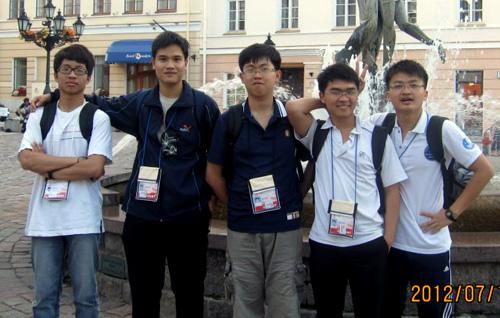 Huy Quang (ngoài cùng bên phải) cùng các bạn tham dự Olympic Vật lý quốc tế 2012.