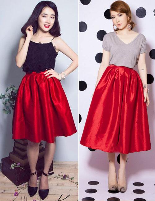 """Chân váy đỏ midi chất liệu bóng được Nhã Phương và Yến Nhi diện theo hai cách khá khác biệt. Trong khi """"cô Thêu"""" nhí nhảnh mix với áo dây hoa vừa gợi cảm vừa đáng yêu, thì Yến Nhi trung thành cùng những món đồ khỏe khoắn như áo phông cổ tim đơn giản. Thật khó để đánh giá ai diện đẹp hơn với món đồ này đúng không nào?"""