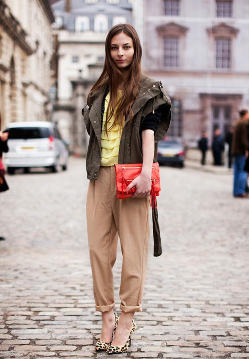 """3. Quần vải baggy Với chất liệu vải thoáng mát cùng kiểu dáng rộng rãi, quần baggy giúp các cô nàng tha hồ đối phó với nắng hè mà không lo giảm phong độ """"xì-tai""""."""