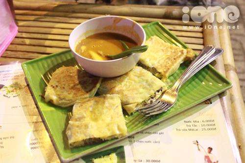 Bánh Roti là một món ăn có xuất xứ từ Ấn Độ, nhưng sau đó du nhập qua Malaysia và trở thành một trong những món ăn vặt nhất định phải thử khi đi du lịch nước này. Nhưng giờ đây teen mình không cần phải tò mò về mùi vị của loại bánh này nữa vì nó đã được du nhập vào Việt Nam ở 1 quán lề đường bán đồ ăn Malaysia trên đường Võ Văn Tần.