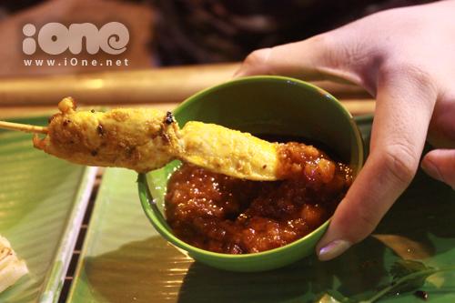 Món Rotay Gà cũng rất ngon với nước sốt đặc trưng, chua chua, ngọt ngọt. Ăn vào là thích tê. Giá 12k/xiên.