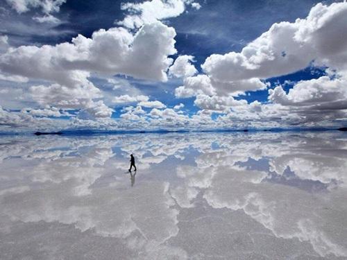 Salar de Uyuni hay Salar de Tunupa là tên của cánh đồng muối lớn nhất thế giới nằm tại Bolivia. Hồ muối cạn này có diện tích 10582 km² gần dãy Andes với độ cao 3650 mét. Trong mùa mưa, mặt hồ muối lớn nhất thế giới trở thành gương phản xạ lớn tương ứng. Salar được tạo ra khi một số hồ thời tiền sử gia nhập thành một chiếc hồ khổng lồ.