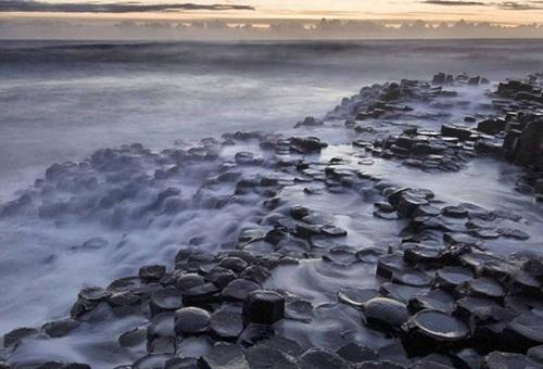 Khoảng 50 đến 60 triệu năm trước đây, hoạt động núi lửa dữ dội trong khu vực này đã hình thành một vùng đất gần giống cao nguyên nham thạch. Dần dần theo thời gian những vết tích này đã tạo nên dấu ấn rất riêng mà người ta có thể tưởng nhầm là nhân tạo nhưng thực sự là từ tự nhiên.