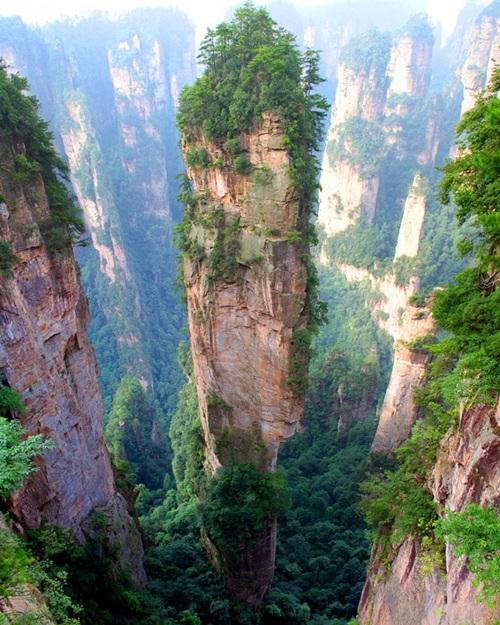 """Núi Tianzi, Trung Quốc Những ngọn núi độc đáo này cao và lạ, do đó James Cameron đã sử dụng trong ý tưởng phim """"Avatar"""". Được thành lập trên dưới 380 triệu năm trước, dòng nước đã xóa đi toàn bộ những hình ảnh của đá sa thạch, chỉ để lại những cột đá đàn hồi. Một số cột đá cao hơn 4.000 mét so với mực nước biển."""