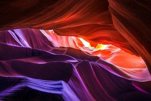 Hẻm núi Antelope, Arizona, Mỹ Được hình thành từ 1 triệu năm trước từ những khe hẹp cho ánh sáng xuyên vào khiến cho chúng trở nên thu hút và nhận được phản chiếu nhiều màu sắc khác nhau rất lung linh và rực rỡ.