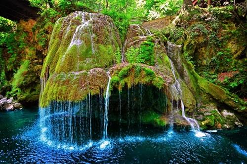 Thác Bigar, Cộng hòa Romania  Những thác núi này cao 8 mét được mệnh danh là một trong số những thác nước đẹp nhất trên thế giới khi hình thành từ những ngọn núi nhỏ chứ không phải thắng cảnh hùng vĩ