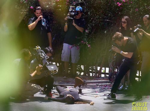 kim-kardashian-falls-off-bike-2927-7524-