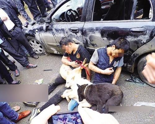 Kinh hoảng cảnh người dân đánh 2 thanh niên đi ô tô trộm chó