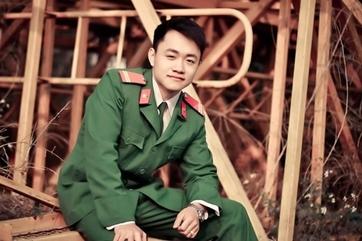 Chàng cảnh sát sinh năm 1993 Phùng Cao Sơn bỗng trở nên nổi tiếng nhờ hành động liều mình nhảy xuống dòng nước lạnh 7 độ C để cứu tội phạm vào giữa tháng 2 vừa qua. Phùng Cao Sơn đã được cấp trên tuyên dương nhờ thành tích dũng cảm cứu người. Chàng cảnh sát trẻ này vào ngành từ tháng 9/2012 và đang công tác tại Công an quận Kiến An, Hải Phòng.